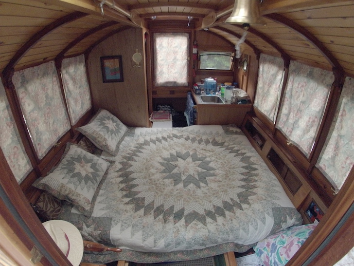 Adorable And Super Functional Micro Houseboat